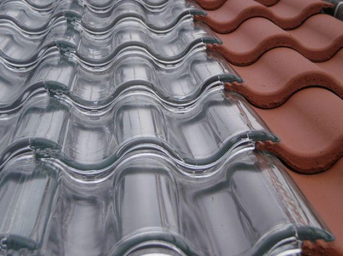 Tejas solares de vidrio para generar energía solar térmica.  Un techo hecho con tejas de vidrio es capaz de transformar la luz del sol en energía. Cubre el 80% de las necesidades de agua caliente en una vivienda y proporciona el 100% de la calefacción. Leer más http://ecoinventos.com/tejas-solares-de-vidrio/