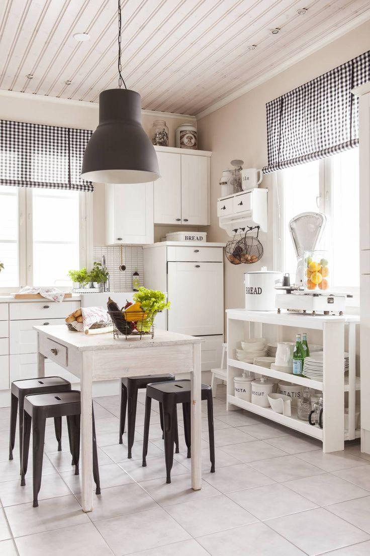 – Istumme ystävieni kanssa usein keittiössä. Se on kotimme sydän. Keittiön pöytä on ostettu kaverilta ja käsitelty itse puuvahalla. Pöytä vain paranee käytössä. Metallijakkarat ovat Askosta. Kaapistot ovat Petra-keittiöiden mallistosta.
