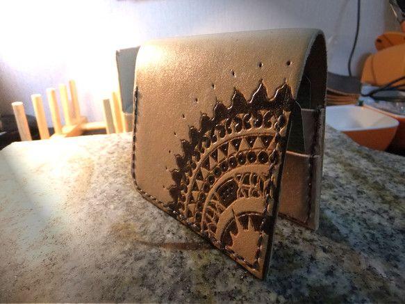『Sun of Minority』シリーズのカードケース・ナチュラルです。 上質な牛ヌメ革に、革を焼き彫りする『レザーバーニング』の技法でポリネシアンアート風...|ハンドメイド、手作り、手仕事品の通販・販売・購入ならCreema。