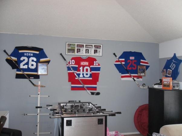 Boys hockey room ideas gameroom the guys boys 39 room for Hockey bedroom ideas