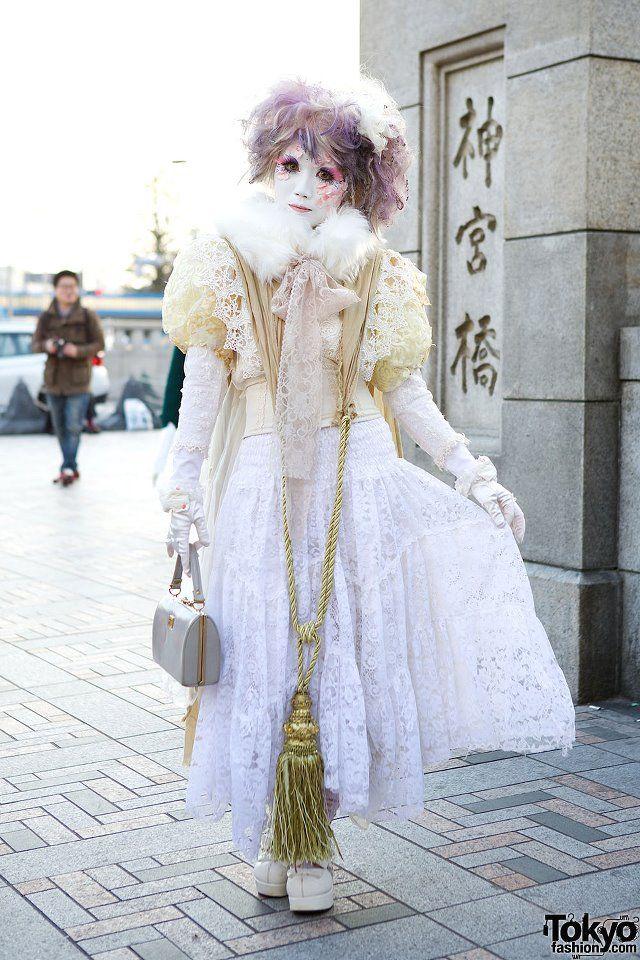 Here's the always-awesome shironuri artist Minori on the famous Jingu Bashi bridge in Harajuku after the recent Harajuku Fashion Walk. There were actually two shironuri in this fashion walk. Check out 50+ snaps, including more of Minori, here: http://tokyofashion.com/harajuku-fashion-walk-street-snaps-15/ #harajuku #PurelyInspiration