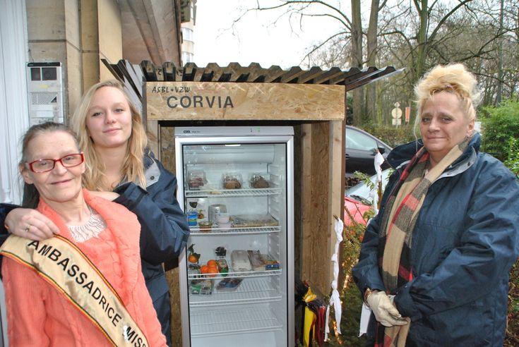 Aan de Lambermontlaan staat voortaan een open koelkast voor minderbedeelden. Die kunnen er voedsel uithalen dat geschonken werd door voorbijgangers. Het id...