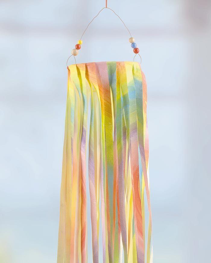"""Buntes Windspiel aus Tyvek - (Idee mit Anleitung – Klick auf """"Besuchen""""!) Tyvek® ist ein sehr vielseitiges Material, aus dem man dieses dekorative Windspiel basteln kann."""