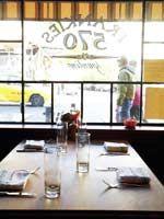 破竹の勢いで突き進む、イタリアンの注目株 「フランキーズ」は、今ニューヨークで最も勢いのあるイタリアンレストラン。ウェストヴィレッジに誕生した3軒目「フランキーズ570」も、連日混み合う盛況ぶり。肉本来の旨みを堪能させてくれるシン プルなミートボールやパスタが秀逸。料理も内装も、あえて飾り気のなさを演出しながら、チャーミングに見せてしまう手腕はさすが。