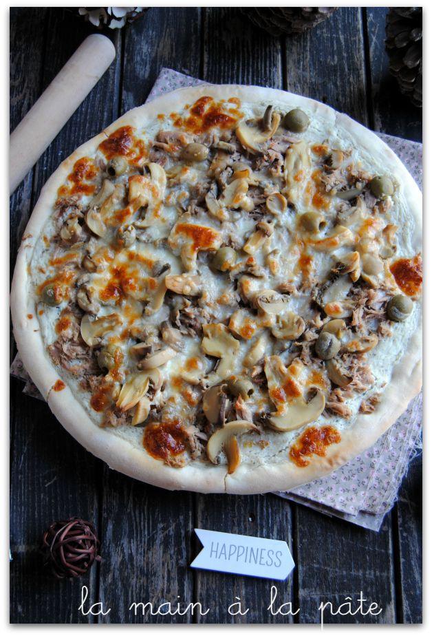 Pizza blanche au thon, olives et champignons