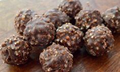 Υπάρχει κάποιος μικρός ή αλλά μεγάλος δεν λατρεύει τα σοκολατάκια ferrero rocher;  Μιασυνταγή για φανταστικά σοκολατάκια ferrero rocher που θα φτιάξετε μόνοι σας και θαενθουσιάσουν με τη γεύση τους και την εμφάνισή τους εσάς και τα