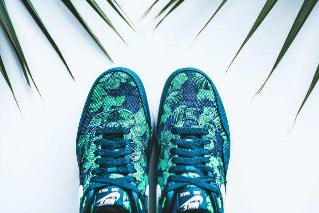 In Blau und Jadegrün gehalten ziert ein tropischer #Floral-Print den #Nike Air Max 1 und Roshe Run. Irgendwie sommerlich! |  #Fashion Insider Magazin