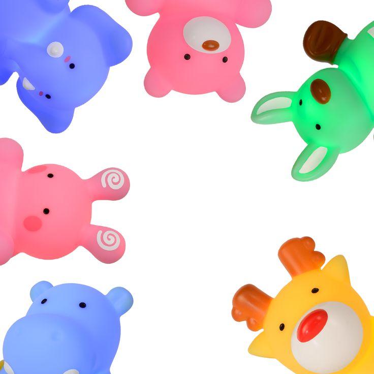 Color Zoo Batteridrevet LED Bordlampe -  Dette er en smart, liten, batteridrevet LED-lampe som kan fungere både som en bordlampe, en leke og en nattlampe som vil hjelpe barn som er redde for å skru av lyset på natten. Lampene vil gi et dempet lys i rommet, nok til at det ikke er så skummelt lengre. Den er produsert av PBA-fri vinyl og ABS, og kommer som blå elefant, grønn kenguru, rosa kanin, rosa bjørn, gult reinsdyr og blå flodhest. Batteri medfølger.