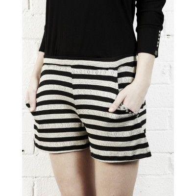 Short corto de algodón viscosa elastán, estilo romántico, de rayas grises y negras con bolsillos laterales. Logo 5 estrellas KV34.