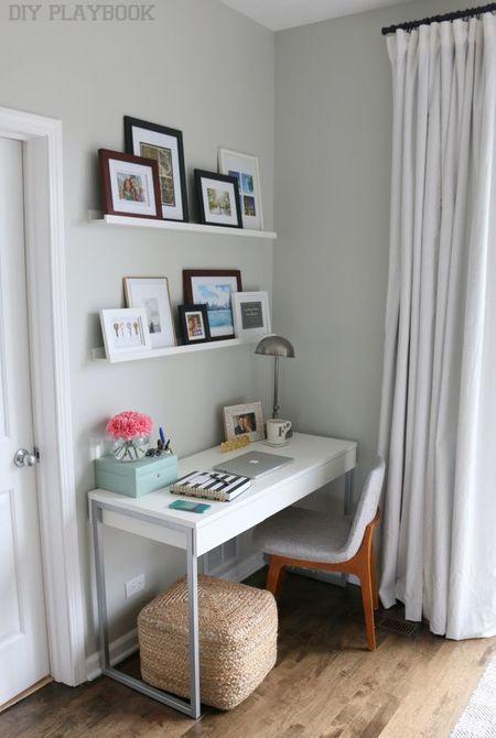 Sudut ruangan jadi lebih fungsional dengan memanfaatkannya jadi tempat kerja.
