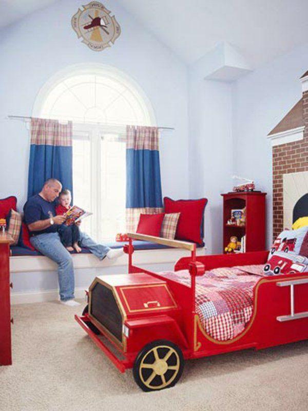 pompier-camion-lit-rouge rideaux blu et mur blanc