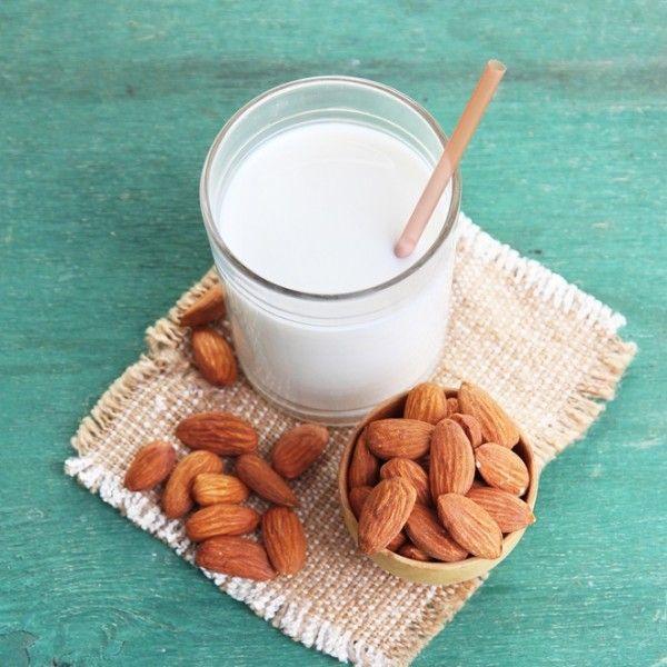 Με μόλις 160 θερμίδες ανά φλιτζάνι, το home made γάλα αμυγδάλου θα σε ξετρελαίνει.