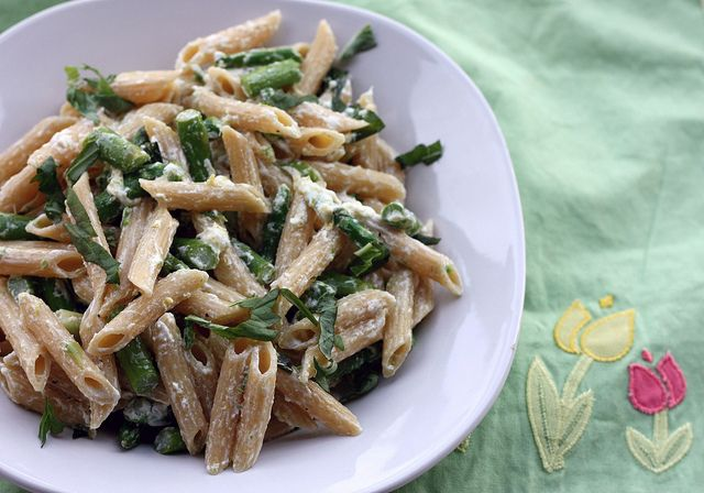 asparagus, lemon and goat cheese pasta by Elly Says Opa