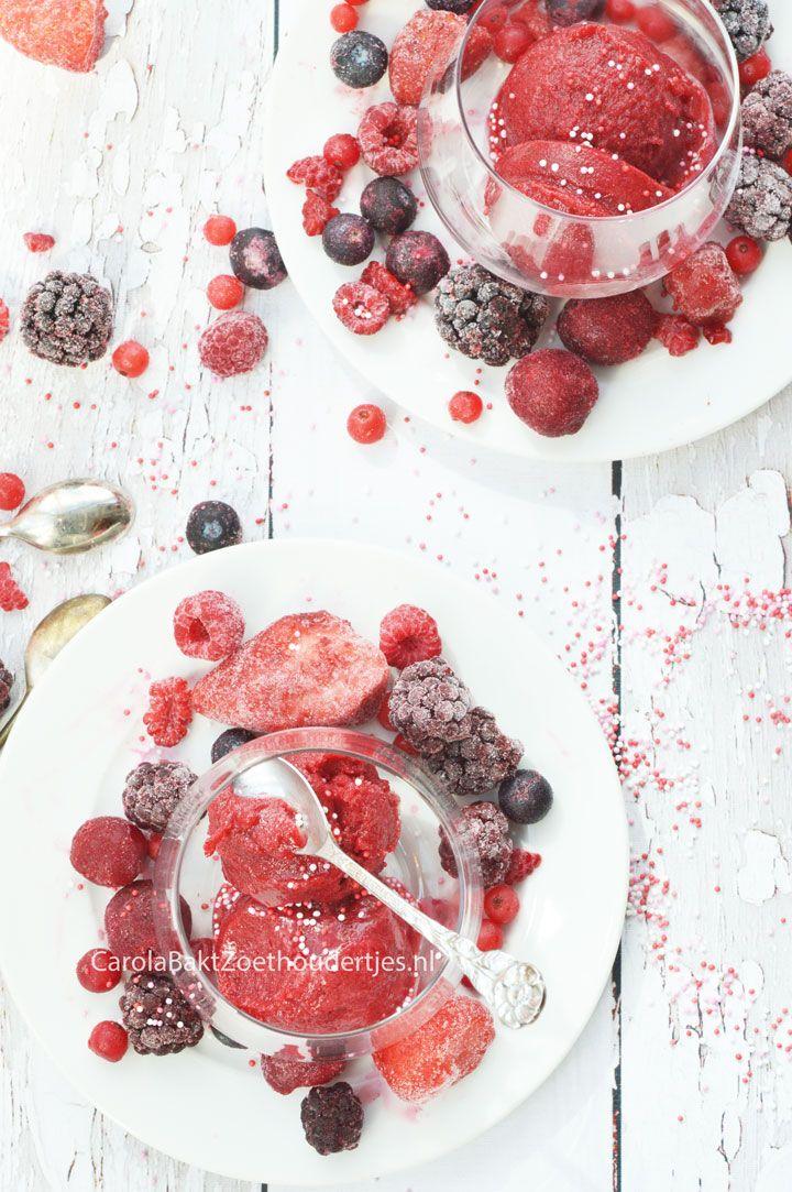 Zo maak je zelf het lekkerste sorbetijs en je hebt er niet eens een ijsmachine voor nodig. Handig voor als je veel fruit uit eigen tuin hebt of als het zo lekker goedkoop verkrijgbaar is. Met tips en trucks. Make your own sorbet icecream without machine.