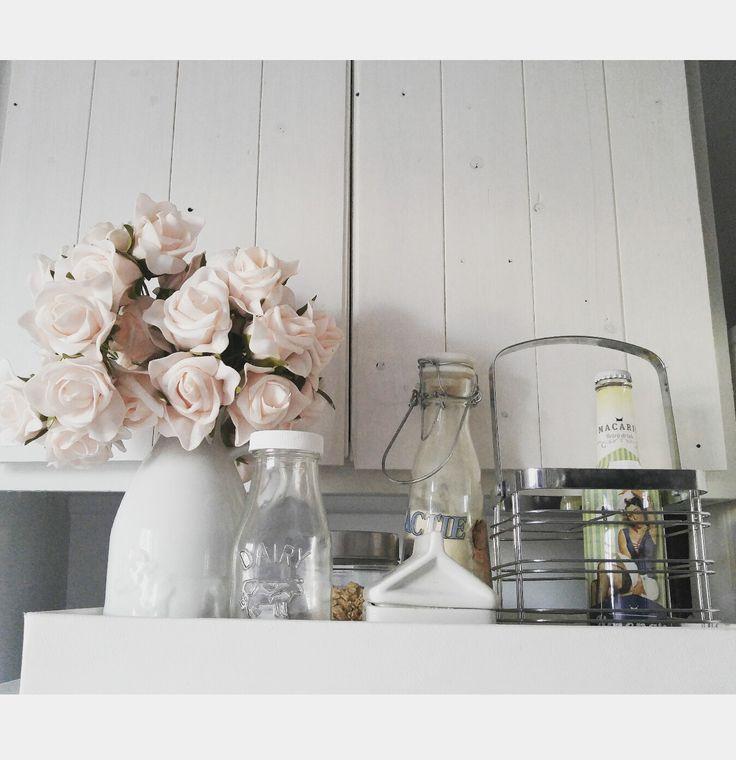 Armoire lambris, bouteille vintage, roses