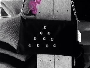 Tracolla in EcoPelle, completamente Fatta a Mano, con Catena Simil Chanel, Colore Nero con Borchie Argento