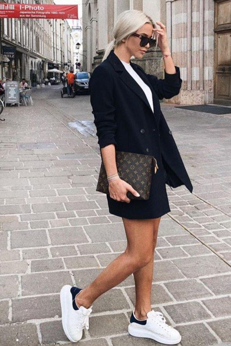 Tendance Sneakers 2018 : Mode femme été : tenue informal stylish avec blazer noir, prime blanc, baskets Alexander Mcqueen et pochette Louis Vuitton
