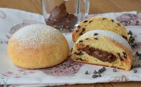 Bombe al forno con gocce di cioccolato e nutella, sofficissime, golose e ricche di cioccolato e nutella, ideali per la colazione e la merenda.