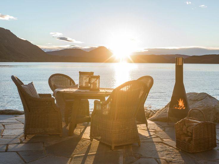 Sene høstkvelder med peiskos og pledd er noe å gle seg til fremover. Hagemøblene er fra Talgø og fåes kjøpt hos Skeidar.