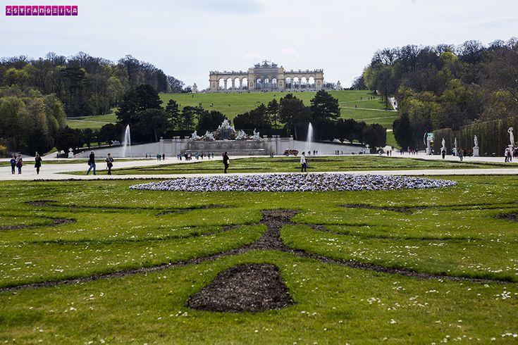 Jardins do Palácio de Schonbrunn com a Glorietta ao fundo. Fizemos um post contando nossa experiência de 2 dias em Viena, na Áustria. Roteiro com dica de atrações, passeios e preços!