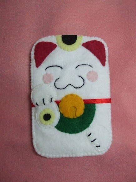 Capa de celular confeccionada em feltro do gatinho da sorte japonês - Manekineko. Com detalhes bordados. Pode ser confeccionada em outros tamanhos. R$ 15,00