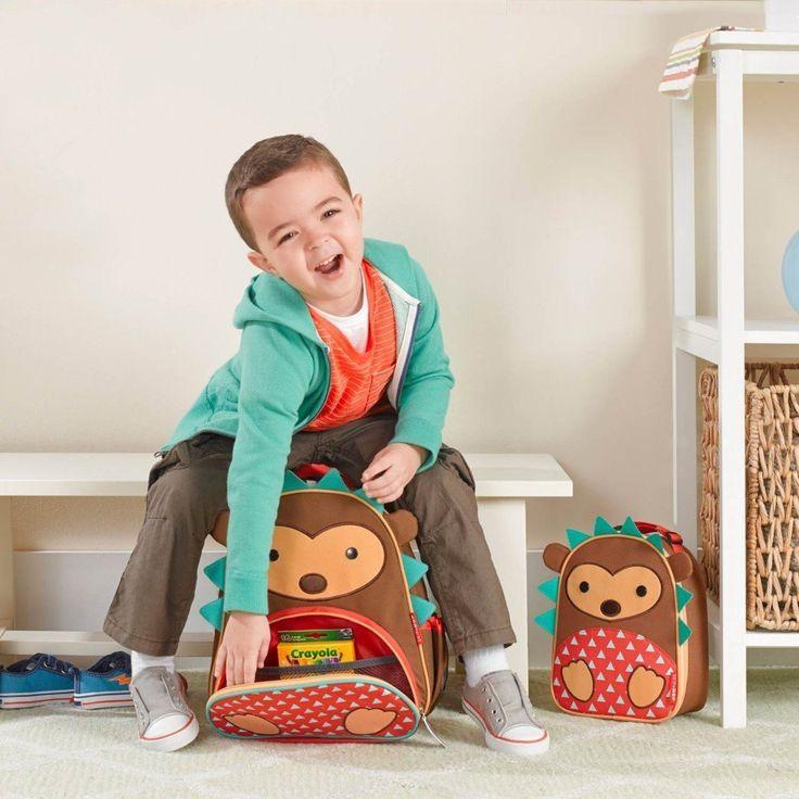 3 ans et +. Le sac à dos animal parfait pour tout le monde! La poche latérale en maille s'ajuste pour s'adapter à une boîte à jus, à une sirop ou à une bouteille d'eau. La poche avant est idéale pour les collations et comprend des poches supplémentaires pour crayons et autres nécessités de voyage. Des bretelles rembourrées confortables vont facilement sur les petites épaules! Marque d'écriture à l'intérieur. #bag #ojeux #skiphop #toys #child #cute #hedgehog #montreal