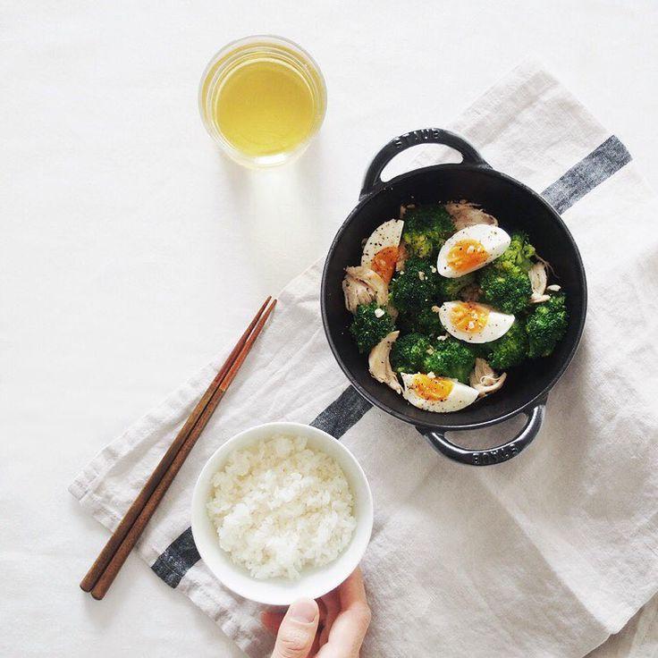 「Stir-fry broccoli salad! 簡単美味しいブロッコリー炒めサラダを作ってみました。 #焼きっコリーサラダ!! Recipe by @amehtm . 僕はささみを使いましたが、ベーコンやハムとかでも美味しそうです! 卵を茹でている間に全ての準備ができる時短料理!オススメです! .…」