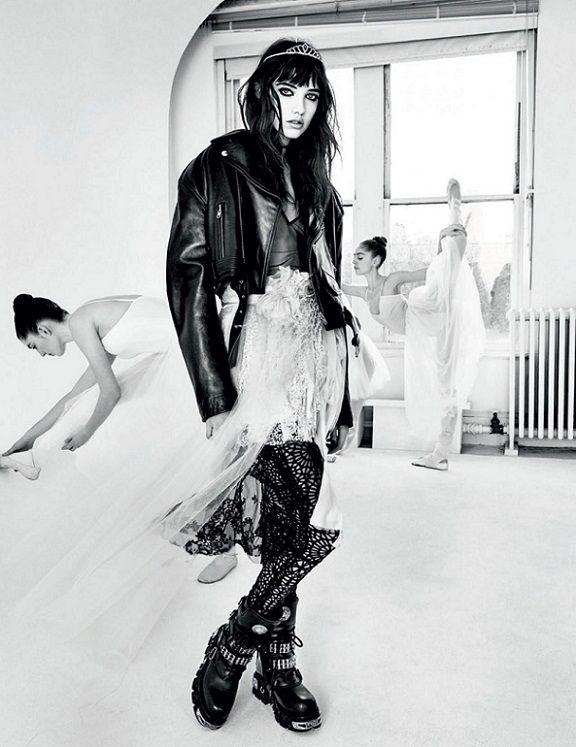 """Hartzel Grace táncosokkal - Vogue, March 2016. Hartzel ruházata """"sötétségét"""" hangsúlyozza a fehér balett ruhás táncosok előtti pózolással.  De elindul - Vándorlás a sötétségről a világosságra… (Németh György)"""