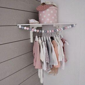 Grands comme ceux d'une poupée, les vêtements de bébé prennent un minimum de place et il est rare de penser à l'option penderie pour ces tous petits vête