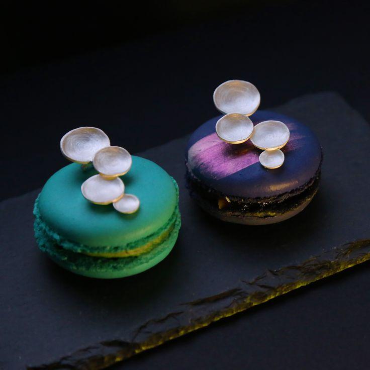 """Иногда к красивому подарку хочется добавить еще и вкусный. Кажется, они нашли друг друга: волшебные украшения """"Алхимии"""" и не менее волшебные пирожные макарон @monbon_macaron ❤"""