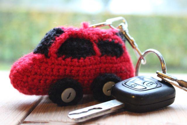 Rode auto haken als sleutelhanger? Vind hier het haakrecept en ga direct aan de slag! Heb je alle spulletjes hiervoor al in huis gehaald?