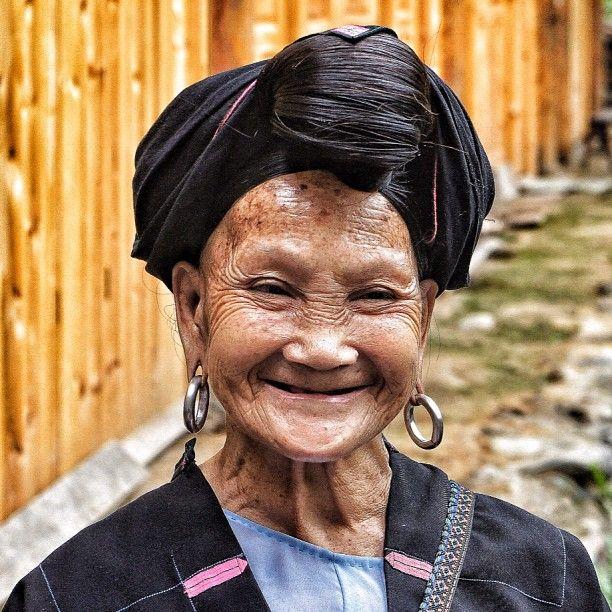 Nasmontanhas da província de Guangxi, no sul da China, as mulheres da aldeia Huangluo nãocontribuem um centavo com a indústrio dos cosméticos para cabelos. E olha que cabelo é o que não falta ali. Para essas mulheres (Yao Vermelhas),o cabelo é seu bem mais precioso. Esse antigoassentamento é conhecido em toda a China como (...)