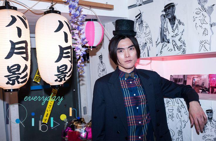 シックな装いでまとめたマスイユウさんの衿元には、波型の加工を施したレザーのリボン。「ダンボールの表面のような斬新な素材を使ったところ」が目に留まったよう。 http://soen.tokyo/fashion/everyday/everyday_ribbon_blogger06.html