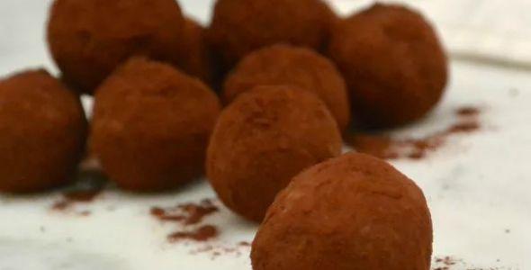 Deze chocolade truffels zijn eigenlijk van Foodness.nl, maar omdat ze er zo heerlijk uit zien en redelijk verantwoord zijn, mocht ik het recept lenen!