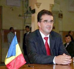 """Parlamentarul pedelist ameninţă că va anunţa Guvernul, Curtea de Conturi, Asociaţia Regiunilor, dar şi procurorii, că Marian Oprişan, preşedintele Consiliului Judeţean, nu împarte corect banii la primăriile din judeţ. Mai mult, el susţine că primarii PDL au primit """"praful de pe tobă""""    Deputatul PDL de Adjud, Florin Secară, îi cere lui Marian Oprişan să abroge hotărarea şi să împartă banii, din nou, """"corect şi echitabil""""."""