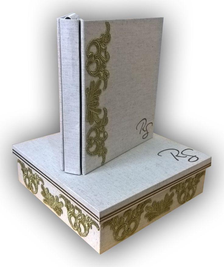 Livro de mensagens para Casamento <br> <br>Livro confeccionado com capa dura, revestido com tecido em linho cru de algodão e detalhes de renda. É de pino, pode-se acrescentar folhas futuramente, caso houver necessidade. <br> <br>A caixa é em MDF, também revestida com tecido em linho cru e detalhes de renda na lateral da caixa. <br> <br>O prazo para a confecção é de até 10 (dez) dias úteis. <br> <br>O livro possui possui 50 folhas de papel vergê na cor branca, com 180 de gramatura. É…