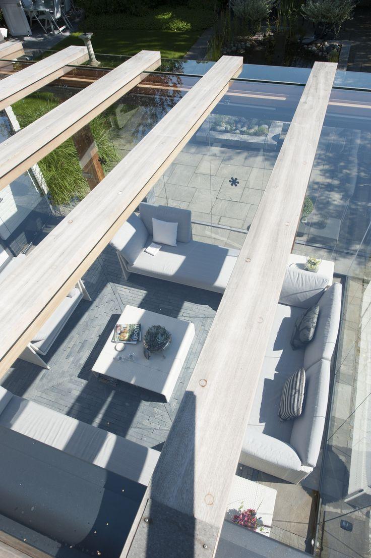 Een houten terrasoverkapping met glas, uniek in zijn soort.\ www.jumbo-overkapping.nl