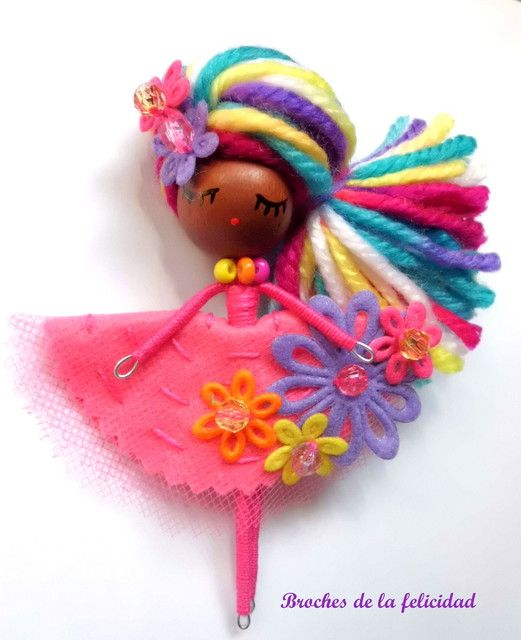 broches de la felicidad. I love this artists style dolls! She makes them into brooches/jewelry!                                                                                                                                                                                 Más
