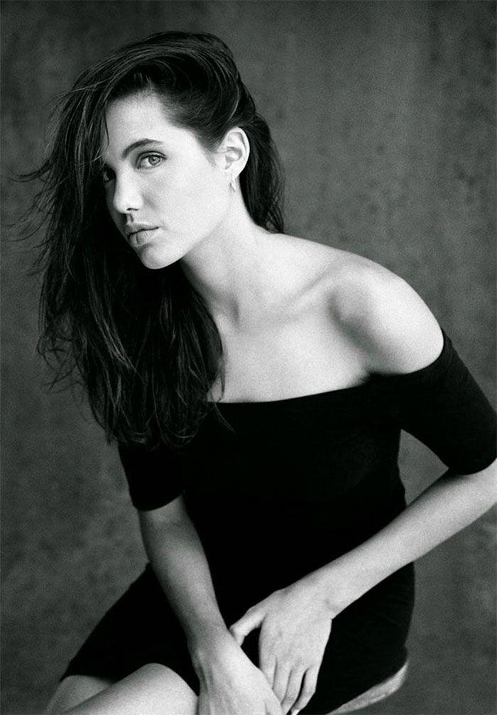 Já lacrava. Antes de ser atriz, Angelina Jolie queria dirigir uma funerária. Mas com essa carga genética abençoada pelo Cosmos, somada ao precedente do pai John Voight que era ator, ficou difícil deixar esse rosto magnético longe do Showbizz. As fotos que você vê aqui foram feitas por Harry Langdon há 26 anos, e éuma (...)