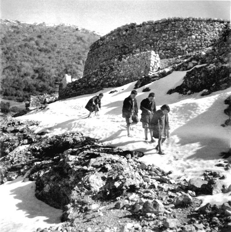 Ξυπόλητα παιδιά περπατούν στο χιόνι.  Ασπράγγελοι Ιωαννίνων, 1946