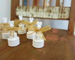 Bolhinhas de sabão no formato de bolo de casamento. Fita para detalhe. Ideal presentear convidados de casamento. Fazemos personalização em TAG.
