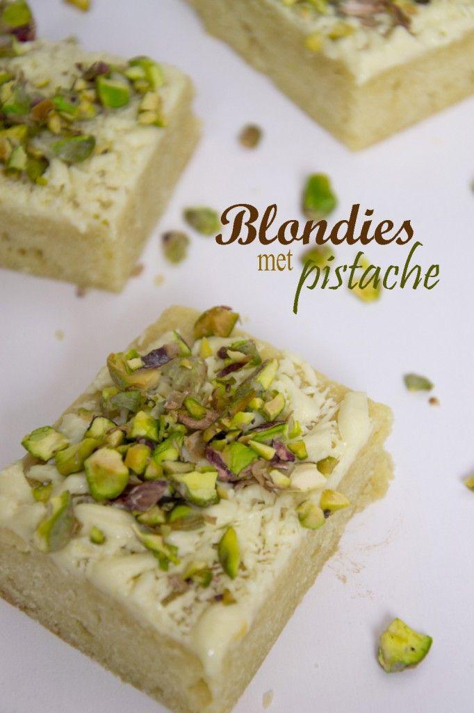 Deze blondies met pistachenootjes (brownies met witte chocolade) zijn onweerstaanbaar, en super makkelijk om te maken.