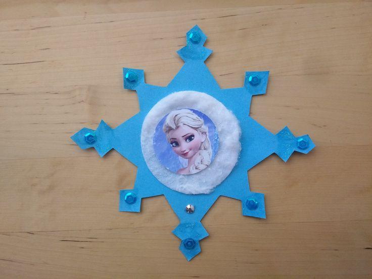 Ihr sucht nach besonderen Einladungen für eure Eiskönigin-Party? Mit dieser Anleitung könnt ihr tolle Schneestern-Einladung ganz leicht selber basteln!