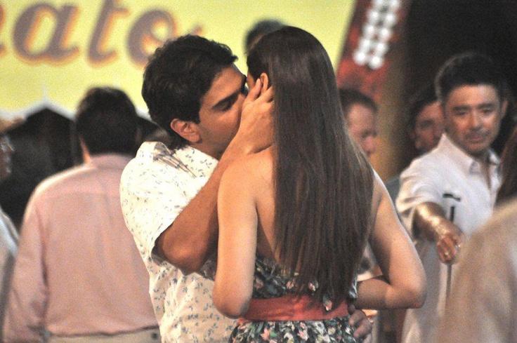 Clara y Rafa bailan al son de Dionisio, en medio del baile ambos tienen un acercamiento y cuando se van a besar Reginaldo llega y los interrumpe.