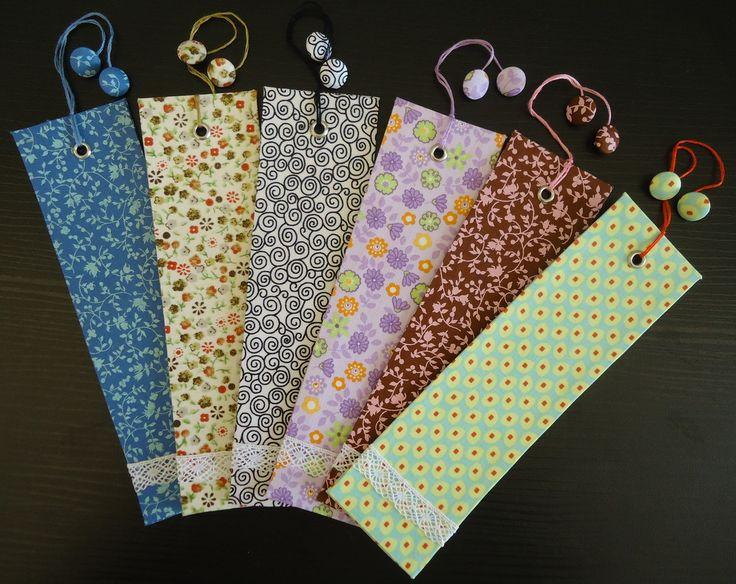 Marcador de Página forrado em tecido 100% algodão.  Detalhes em renda de algodão, ilhós e botões forrados.  O tecido (cor e estampa) podem ser personalizado pelo cliente.