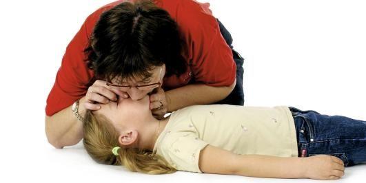START MED FEM INNBLÅSNINGER: Livreddende førstehjelp på barn innledes alltid med å tilføre oksygen til blodet. Foto: Norsk Luftambulanse/Studio Alsvik