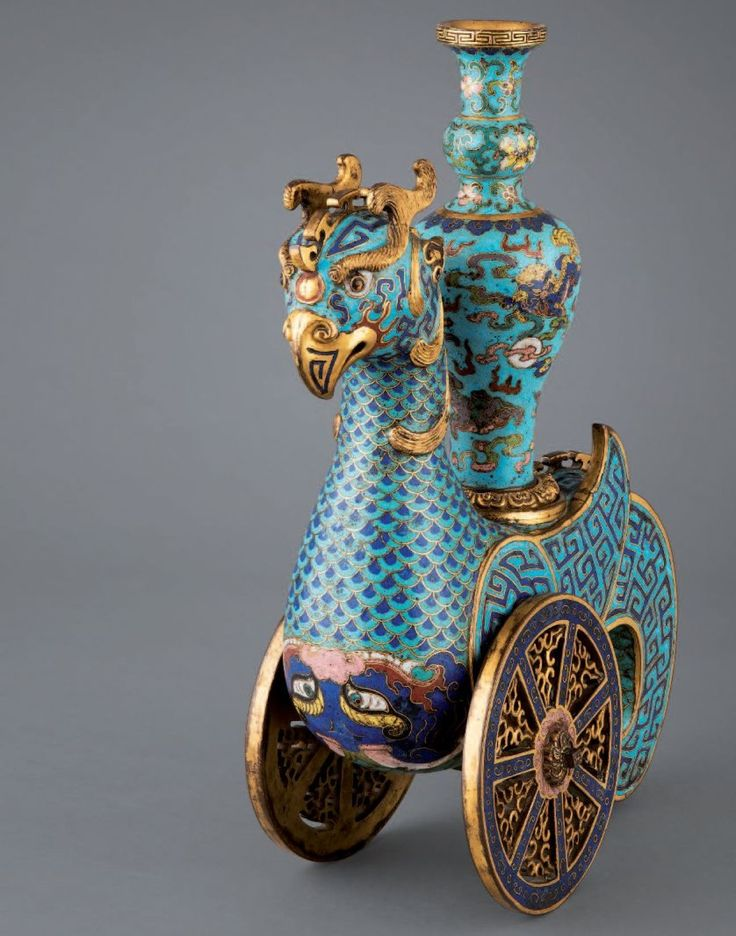 15 - 358 400 €. Chine, époque Qianlong (1736-1795). Récipient zunem> en forme de phénix posé sur deux roues, un vase posé sur son dos. Bronze doré et émaux cloisonnés. Haut. : 37 cm Blanchet & Associés - 11/06/2015