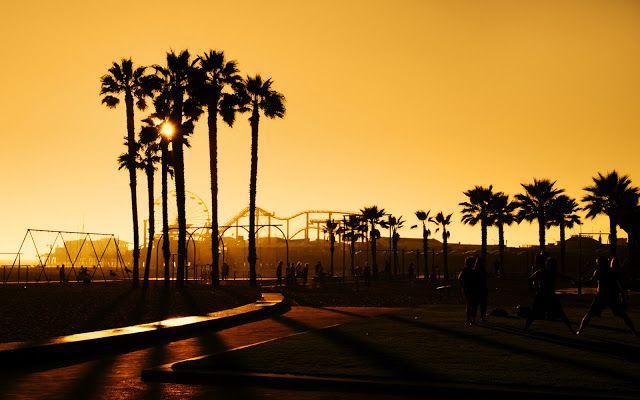 Santa Mónica es el hogar de ejecutivos y celebridades de Hollywood, entre otros, y es una mezcla de ricos, de una sola familia de inquilinos, surfistas, jóvenes profesionales y estudiantes.