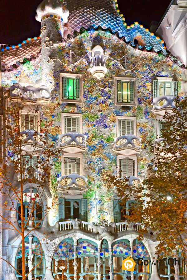 Beautiful Casa #Batlló sparkles at night! Don't forget to visit day & night! #Barcelona #GowithOh #Gaudí