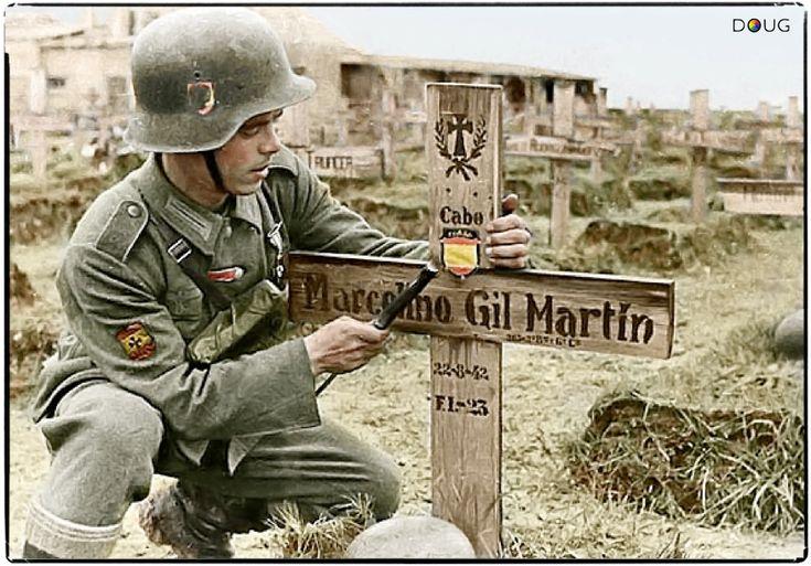 """Un Aleman clava una insignia en la tumba de CPL. Marcelino Gil Martin del 2º Batallón, 263 inf. Regt., 250th """" división Azul """" wehrmacht español voluntarios ( murieron 22/8/42 ) en grigorovo, cerca de novgorod en Rusia."""